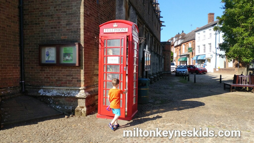 Free paperback telephone box library in Woburn, Bedfordshire