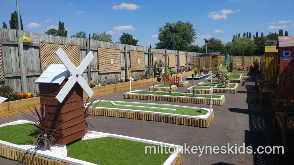 Cheap charity crazy golf – Wyevale Garden Centre, Milton Keynes